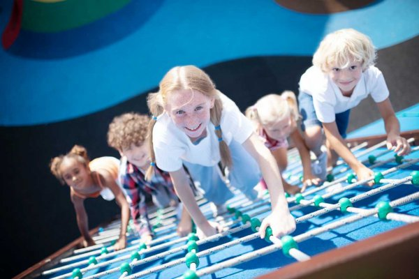 children-climbing-the-ropes-while-enjoying-outdoor-XHMGG2K